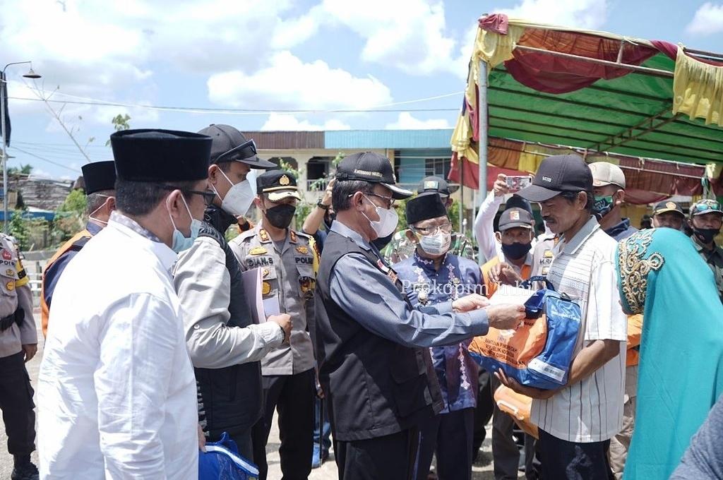Bupati Inhil Pimpin Langsung Penyerahan Bantuan Korban Angin Puting Beliung di Reteh